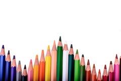 Viele farbigen Bleistifte lokalisiert auf weißem Hintergrund, Platz für Text Stockbild