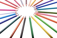 Viele farbigen Bleistifte lokalisiert auf weißem Hintergrund, Platz für Text Lizenzfreies Stockbild
