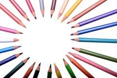 Viele farbigen Bleistifte lokalisiert auf weißem Hintergrund, Platz für Text Stockfotografie