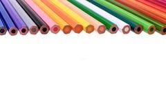 Viele farbigen Bleistifte lokalisiert auf weißem Hintergrund, Platz für Text Stockfotos