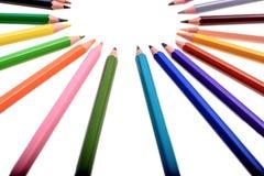Viele farbigen Bleistifte lokalisiert auf weißem Hintergrund, Platz für Text Lizenzfreie Stockfotografie
