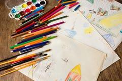 Viele farbigen Bleistifte und Pinsel Lizenzfreie Stockfotografie
