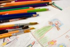 Viele farbigen Bleistifte und Pinsel Lizenzfreie Stockfotos