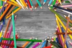Viele farbigen hölzernen Bleistifte lokalisiert auf Weiß Stockfoto