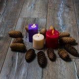 Viele farbigen Kerzen und Kegel Stockbilder