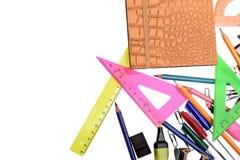 Viele farbigen Kronen und farbiges Papier für das Schreiben, lokalisiert auf weißen Hintergrund Stockfotografie