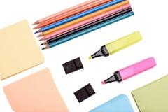 Viele farbigen Kronen und farbiges Papier für das Schreiben, lokalisiert auf weißen Hintergrund Stockbild