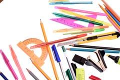 Viele farbigen Kronen und farbiges Papier für das Schreiben, lokalisiert auf weißen Hintergrund Stockfotos