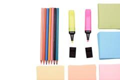 Viele farbigen Kronen und farbiges Papier für das Schreiben, lokalisiert auf weißen Hintergrund Lizenzfreie Stockbilder