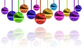 Viele farbigen Kugeln des neuen Jahres hingen über Weiß stockbilder