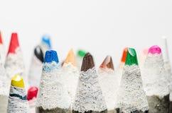 Viele Farbtonbleistifte auf Weiß Stockbild