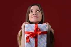Viele Feiertagsverzierungen und -geschenke Junges Mädchen wartet Sankt-` s auf Kommen Nahes u stockfotos