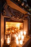 Viele Feiertagsverzierungen und -geschenke Kamin im Raum mit Kerzen Fichte verzierte Ballone Stockbilder