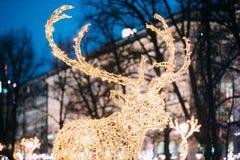 Viele festlichen Licht-Lampen-in Form Rotwild in der Abend-Nacht festlich Lizenzfreies Stockfoto