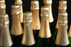 Viele Flaschen Champagner auf Dunkelheit, Nahaufnahme stockfotos