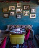 Viele Fotos in den Rahmen ummauern Innencafé Baku Azerbaijan lizenzfreie stockfotografie