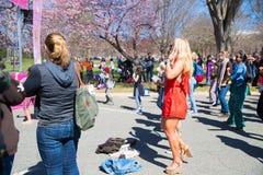 Viele Frauen tanzen auf Festivals stockbild