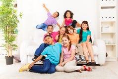 Viele Freunde zusammen im Wohnzimmer Stockfoto
