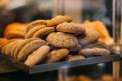 Viele frisch gebackenen Plätzchen sind auf dem Zähler in der Bäckerei stockfotos