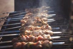viele frische Kebabs auf dem Grill Stockfotografie