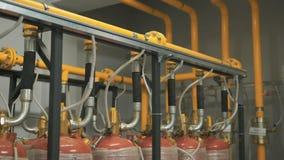 Viele Gasflaschen werden an ein einbahniges angeschlossen, das Brennstoff die Firma liefert Gelb und Chrome stock video footage