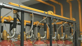 Viele Gasflaschen werden an ein einbahniges angeschlossen, das Brennstoff die Firma liefert Gelb und Chrome stock footage