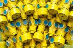 Viele gelben Gasmasken mit blauem Glas Stockbild