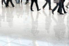Viele Geschäftsleute in unscharfer Bewegung Lizenzfreie Stockbilder