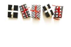 Viele Geschenkboxen im Schwarzweiss-Packpapier Rot und silve Lizenzfreie Stockbilder
