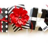 Viele Geschenkboxen im Schwarzweiss-Packpapier Rot und silve Stockfotografie
