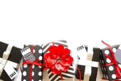 Viele Geschenkboxen im Schwarzweiss-Packpapier Rot und silve Lizenzfreies Stockfoto
