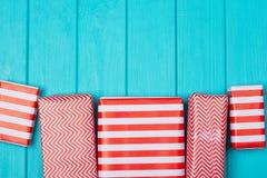 Viele Geschenke in einer roten und weißen Verpackung Lizenzfreies Stockbild