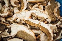Viele getrockneten Pilze auf den Ladenregalen lizenzfreie stockfotos