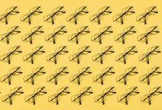 Viele Gläser, die auf der gelben Tabelle liegen stock abbildung