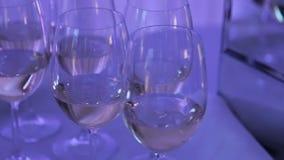 Viele Gläser füllten mit Champagner auf einer Tabelle am Ereignis stock video