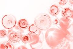 Viele Gläser rosafarbener Wein an der Weinprobe Konzept des rosafarbenen Weins und der Vielzahl Lebendes korallenrotes Thema - Fa stockbild