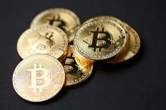 Viele Gold-bitcoins Stockfotografie