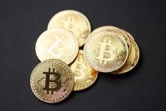 Viele Gold-bitcoins Stockfotos