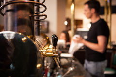 Viele goldenen Bierhähne an der Bar Lizenzfreies Stockfoto