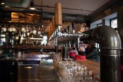 Viele goldenen Bierhähne an der Bar Stockbilder