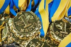 Viele Goldmedaillen mit gelben Bändern auf einem Silbertablett, Preis Lizenzfreie Stockfotos