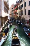 Viele Gondeln auf schmalem Venedig-Kanal Lizenzfreie Stockbilder