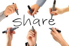 Viele Hände, die Anteilwort schreiben Stockfoto