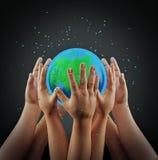 Viele Hände, die Erde, Wiedergabe 3d halten lizenzfreie stockfotos