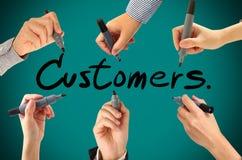 Viele Hände, die Kundenwort schreiben Stockbilder