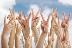 Viele Hände, die Siegeszeichen zeigen Stockfotografie