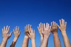 Viele Hände, die zum Himmel erreichen Stockfotografie