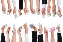 Viele Hände mit wichtigen Währungen Stockfotos