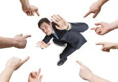 Viele Hände zeigen und Schuld betonte Mann Ansicht von oben Getrennt auf weißem Hintergrund lizenzfreies stockfoto