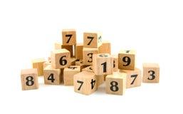 Viele hölzernen Blöcke mit Zahlen Stockfotografie